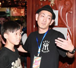小男孩找Masao合影