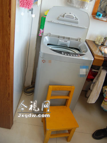 孩子可能是借着凳子爬进洗衣机的。