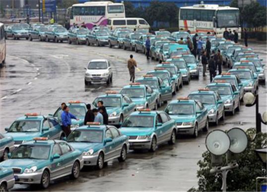 市交通局表示,本市已制定出租汽车调价方案,拟提高出租汽车起步价和公里租价,该方案已上报市物价局。市政协委员顾庆泰在提案中表示,随着经济不断发展,物价指数逐年提高,出租车营运成本也不断增加。2006年3月到2012年9月,大连地区共调整油价28次,出租车每天多支出燃油费48.