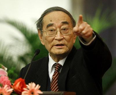 """2012年1月13日,厉以宁在作题为""""社会信用和企业发展""""的报告。来源:新华网"""