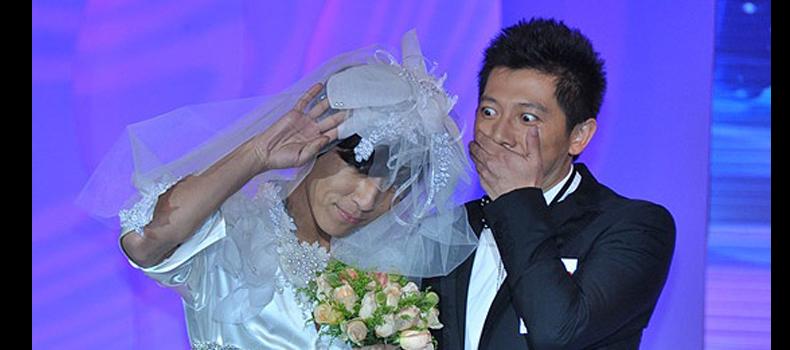 2010年北京流行音乐典礼提名发布会上羽凡搞怪地穿上了一截婚纱。
