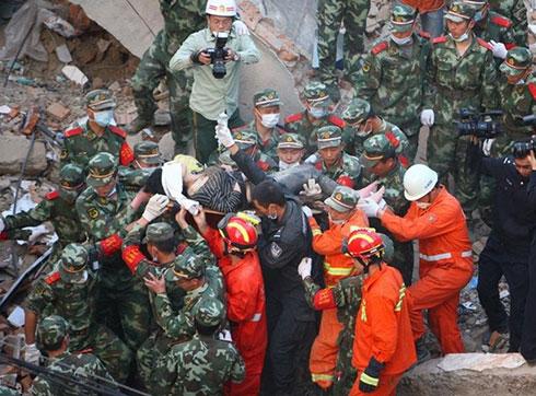 4月4日,救援人员将最后一名被埋压的女子成功救出。新华社发