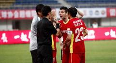 双方屡冲突于海禁区手球 亚泰0-0贵州