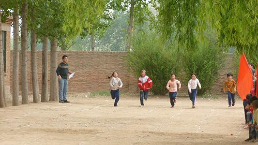 新盛店镇中心小学的孩子们在赛跑