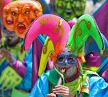 哥伦比亚黑白狂欢节 巨型人偶游行吸引眼球