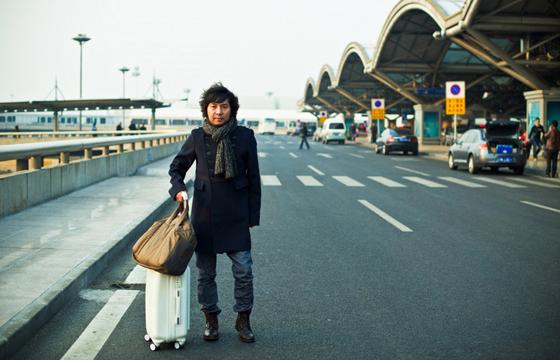民谣歌手洪启,是被汉族家庭养大的维吾尔族。图:库尔班江