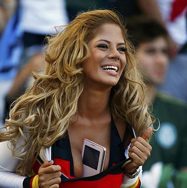 德国美女球迷胸夹手机引球迷合影