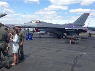 美军F-16战机亮相范堡罗航展