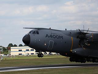 A400M运输机在范堡罗航展起飞瞬间