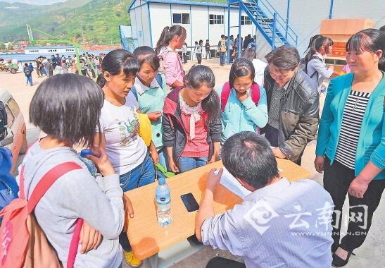 昨日,学生在龙头山镇的龙泉中学临时活动板房学校进行开学注册。新华社发