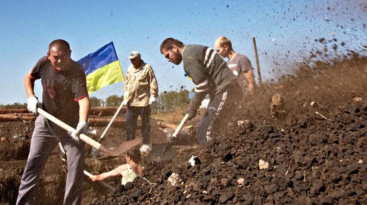 """据俄新网消息,乌克兰政府决定在与俄罗斯接壤地区建设""""边境墙""""。乌克兰总统波罗申科称,由防爆围栏组成的""""边境墙""""计划总长60公里,并辅以1500公里长战壕、大量掩体和防空洞。"""