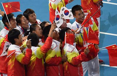 运动员入场欢乐自拍 中国代表团动用神器