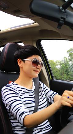 美女司机自驾