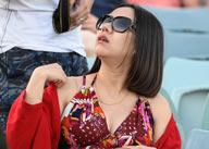女球迷看台穿吊带裙助国足