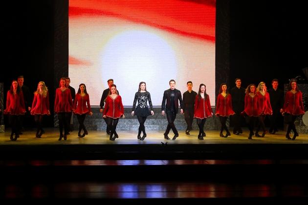 舞王舞后带着舞者们随着宛如天籁的歌声集体起舞