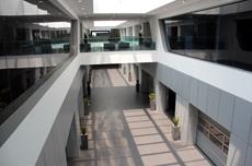 培训大楼里一条艺术气息深厚的走廊