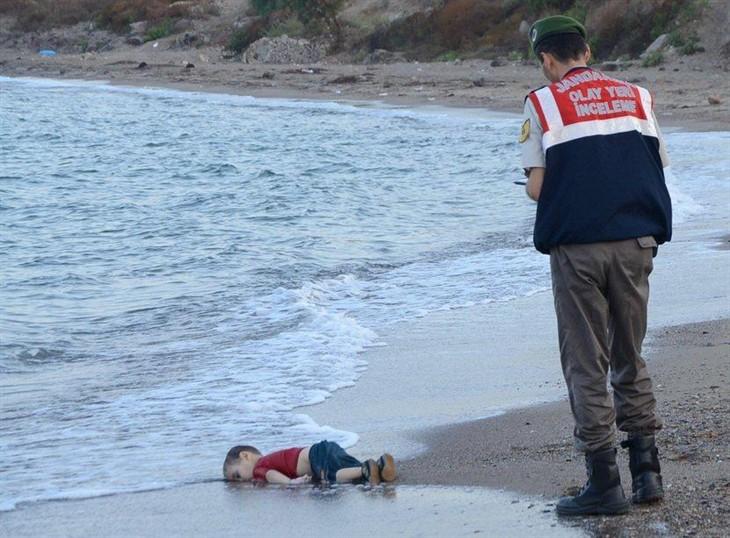 土耳其警察在旁看着这个尸体