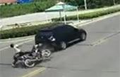 富二代驾无牌宝马飙车撞翻摩托