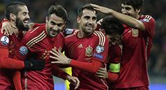 欧预赛-西班牙1-0 众将拥进球功臣