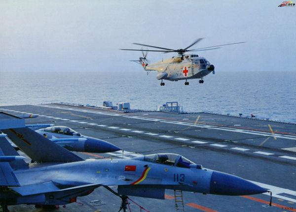 图为战场救护直升机降落辽宁号航母。