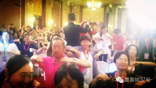 """六月初,北京盛典现场, 主持人鼓动大家""""挥动翅膀,参与共振"""",""""你挥动翅膀的幅度有多大,决定了领跑的程度有多大""""。"""