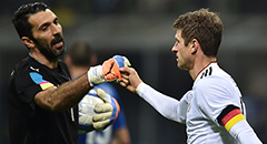 热身赛-意大利0-0德国 布冯击掌穆勒