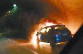 轿车载烟花遇车祸爆燃