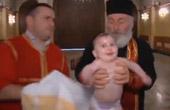 大主教这样给婴儿施洗