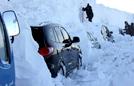 新疆大暴雪数百人车被困
