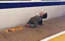 男子越轨被火车夹住身亡