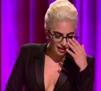 Gaga穿深V西装当评委