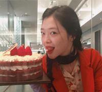 崔雪莉晒吃蛋糕红色风衣美艳动人