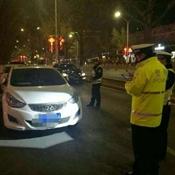 通州万达广场周边黄色禁停标线处52辆车被