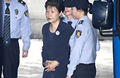 朴槿惠首次露面戴手铐出庭