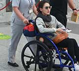 小S机场坐轮椅被人护送