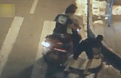 3男子深夜猥亵女子抢包