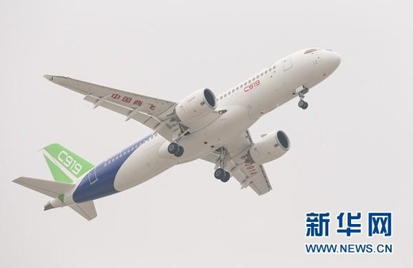 5月5日,中国首款国际主流水准的干线客机C919在上海浦东国际机场首飞。新华社记者 丁汀 摄