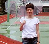 马伊�P回母校雨中漫步