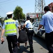 女司机拒配合执法 遭警察喷辣椒水制服