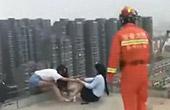 女子跳楼消防员霸气抱回