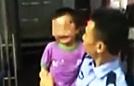 民警看走失小孩被打肿脸