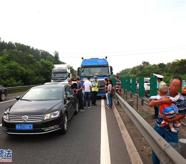 大货车违法走高速路最左侧车道 追尾两小车被罚
