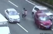 男女抱娃穿高速酿事故