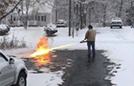 美国男子用喷火器除雪