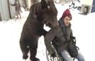 俄罗斯男子训练熊当保姆