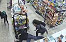 劫匪抢劫反被小偷制服
