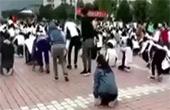 高考誓师大会 学生集体下跪
