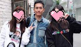 梁朝伟东京街头被捕获 亲民脱口罩和路人合影