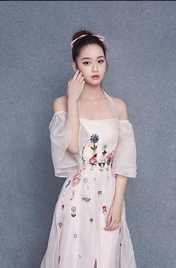 李百惠粉裙造型少女感十足
