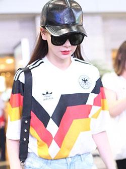 戚薇现身首都机场身着德国队球衣